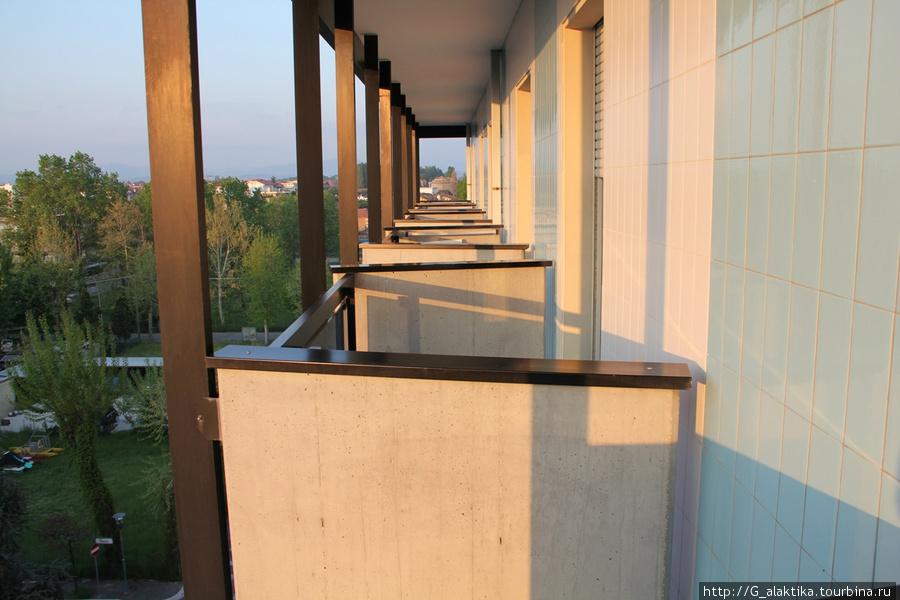 Вид с балкона на соседние балконы, сможете пожимать соседу ручку при случае.