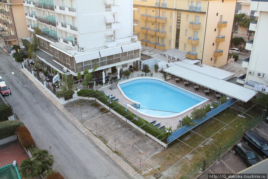 Вид с балкона на соседние отели. Бассейн видимо еще перед сезоном в порядок не приводили.