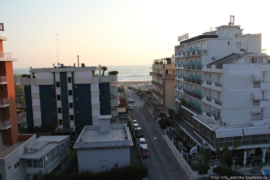 Вид с балкона на соседние отели и адриатическое побережье.