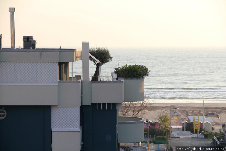 Вид с балкона на соседние отели