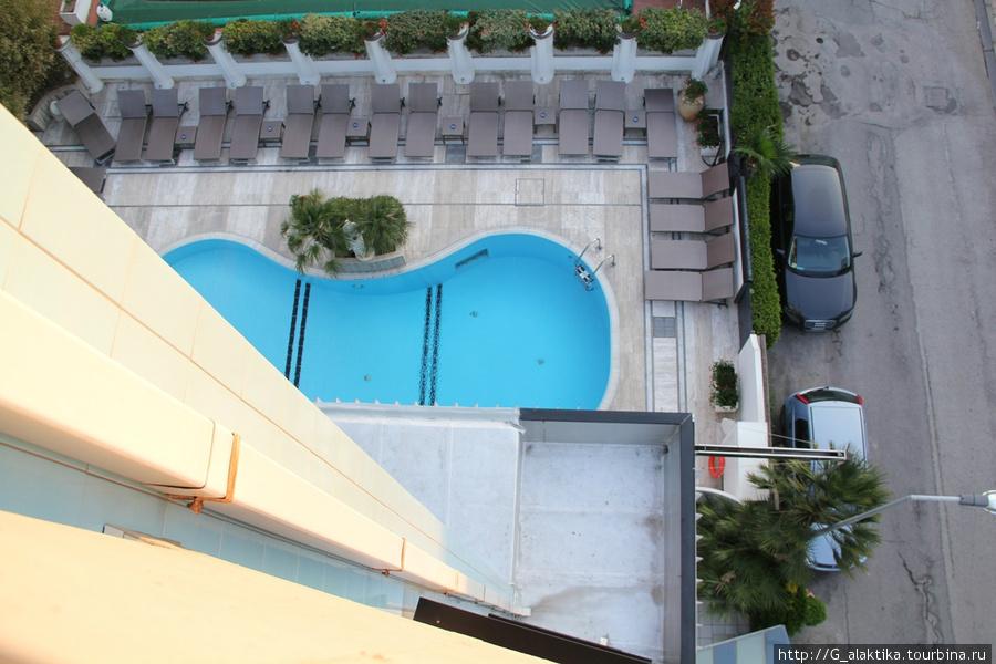 Вид из окна на бассейн отеля