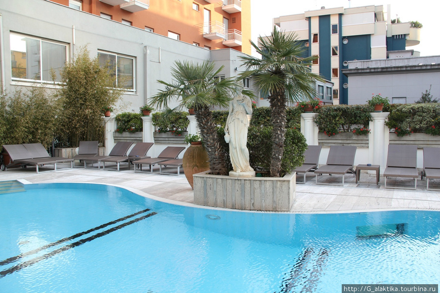 Бассейн отеля, итальянцы определенно обладают врождённым чувством вкуса.