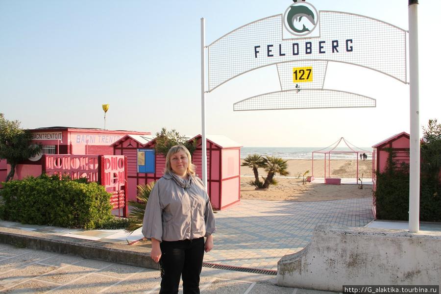 Пляж и кабинки для переодевания отеля