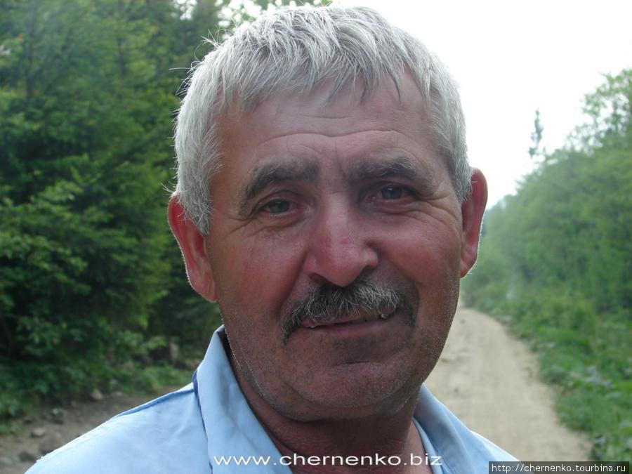 Это машинист трамвайчика — как видно даже по фото, очень позитивный дядька