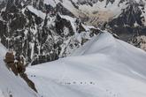 Снежная целина — итог ночного снегопада — к полудню вся в нитках троп, проложенных туристами под руководством профессиональных гидов Шамони.