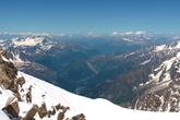 Панорама Белой долины из окна кабинки: увидишь — застываешь от изумления. Хотя бы ради этих контрастов — цветущей долины и царства вечных снегов — стоит приехать в Альпы летом!