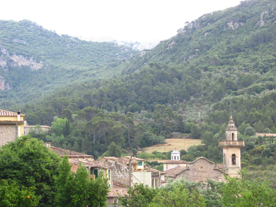 Из вехнего старого города открывается панорама на церковь Святого Варфоломея и горы Трамунтана.