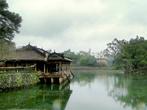 В павильоне Сунгкхием, построенном на сваях над водой, император восседал среди своих наложниц, сочинявших или читавших ему стихи