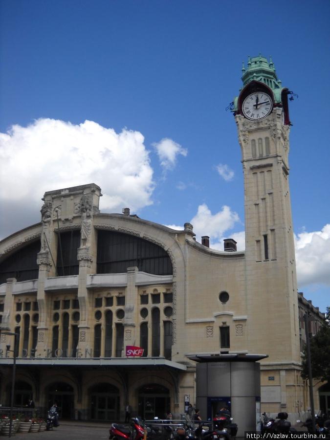 Здание вокзала снаружи