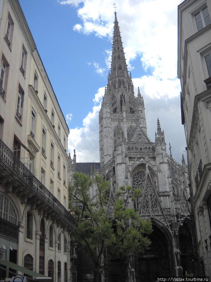 Вид на церковь в перспективе