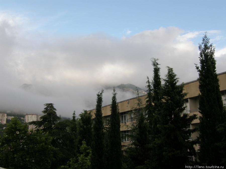 Горы утопают в тучах))