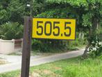 Километровые, есть полукилометровые и даже четвертькилометровые знаки, типа 505.75