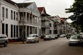 Парамарибо — столица голландской колонии в Южной Америке. Кроме официального языка это проявляется и в интересной колониальной архитектуре.