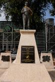Есть и традиционные скульптуры видным политическим деятелям.
