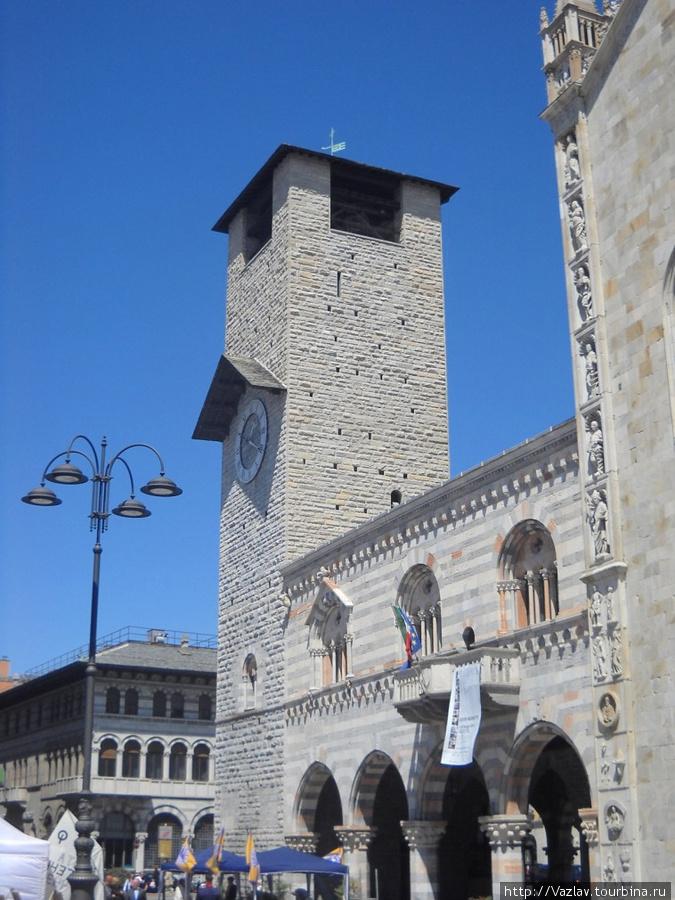 Здание ратуши и башня сбоку слева