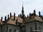 Возводили дворец по принципу астрономического календаря — во дворце 365 окон — по количеству дней в году, 52 комнаты, и, соответственно, 52 дымохода — столько в году недель, 12 входов-выходов — количество месяцев в году.