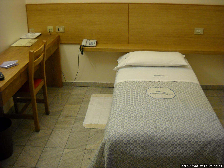 Обстановка комнаты более чем скромная