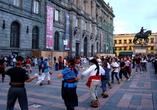 Недавно видел почти такие же сцены в городах Китая.  Люди вечером собираются на маленьких площадях и танцуют в свое удовольствие.