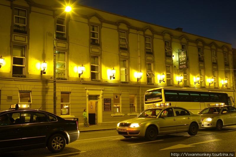 Отель в ночи.