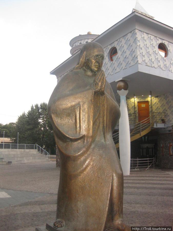 Памятник Матери Терезе при входе