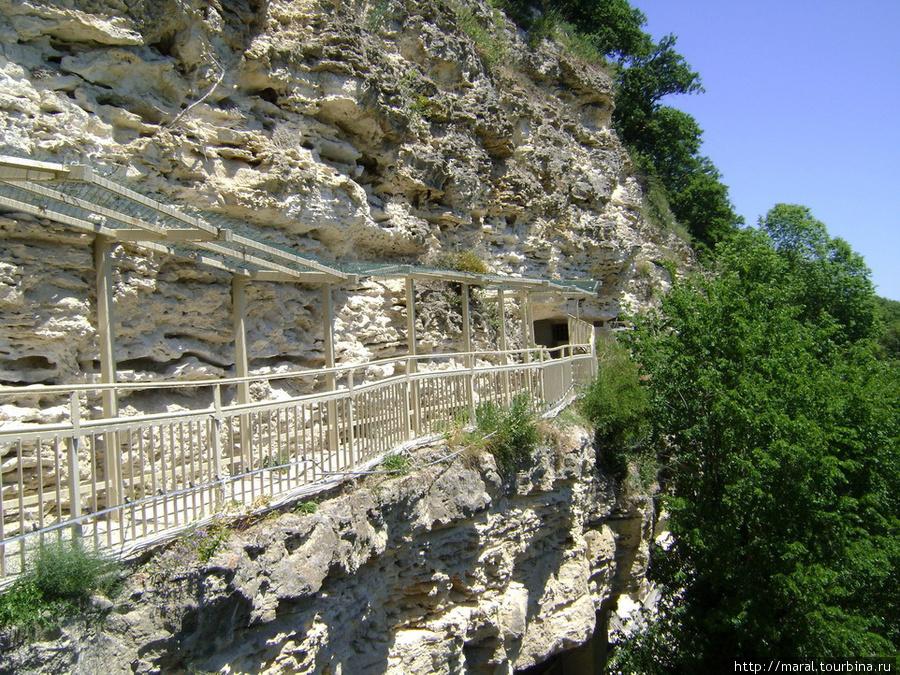 Верхний ярус скального монастыря