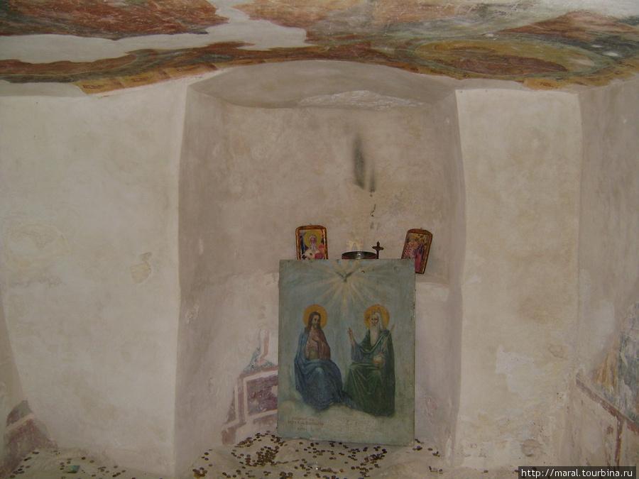 В часовне на верхнем ярусе сохранились на потолке средневековые фрески (фрагменты иконописи