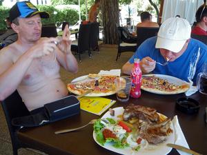 На пляже 2 ресторана с неплохим меню — от пиццы, до жареной баранины (местные официанты  слово Lamb не знают, заказывайте