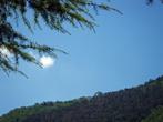 А на вершине горы виднеется одинокая вилла. Наверное, подняться туда может только альпинист...