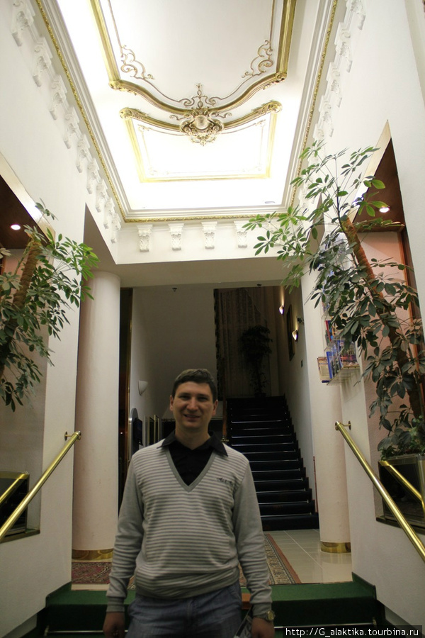 Маленькая лестница от входа в холл (холл на право портье и налево диваны для отдыха), лестница побольше в