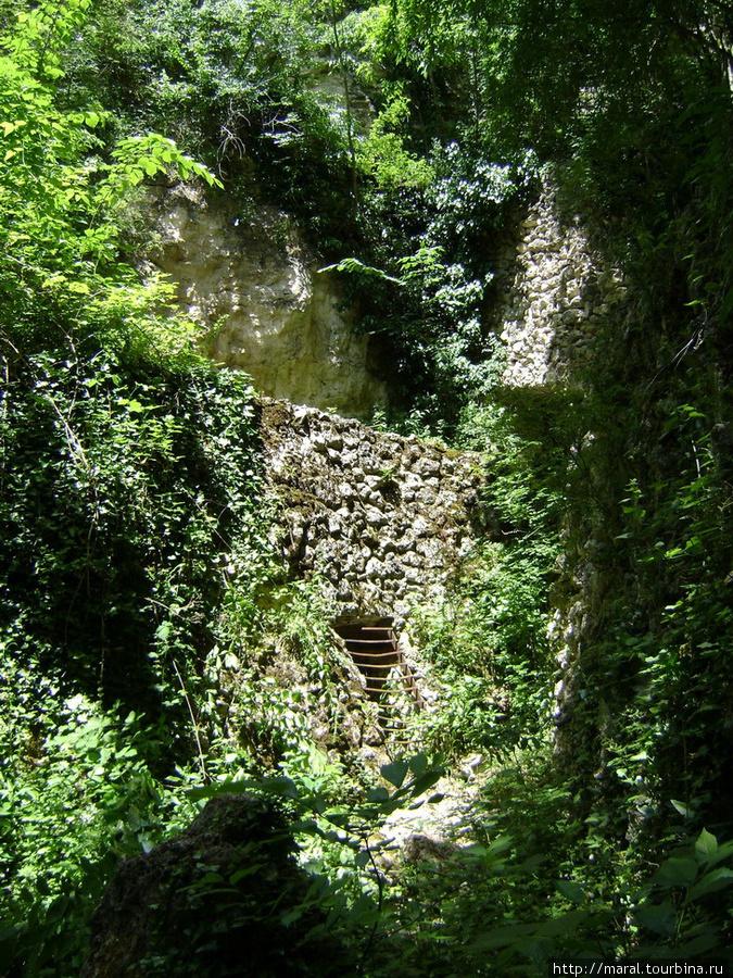 Примерно в километре от монастыря Аладжа в буйной зелени растений и деревьев сокрыты Катакомбы