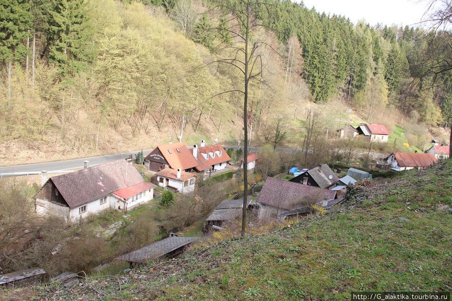 Небольшое поселение у подножья горы на которой расположен замок. Такие домики чехи называют семейными домами, в них проживает несколько поколений одной семьи.