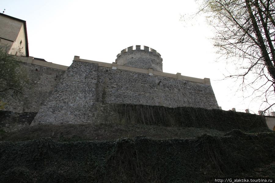 Что Вы видите?  Дворец?  Замок? Или оборонительные сооружения средневековой крепости?