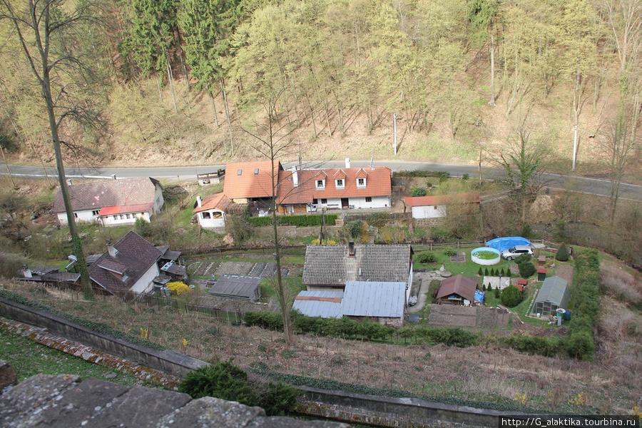 Еще один вид на небольшое поселение у подножья горы на которой расположен замок. Такие домики чехи называют семейными домами, в них проживает несколько поколений одной семьи.