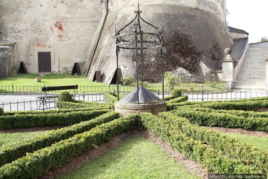 Внутренний дворик и небольшой газон в Замке  Штейнберг