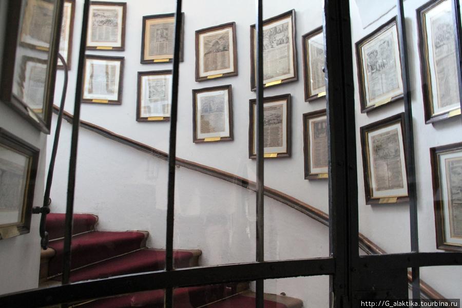 Замок находится в частном владении, и хозяева показывают туристам только часть его. Комнаты предложенные для осмотра за этой дверью.