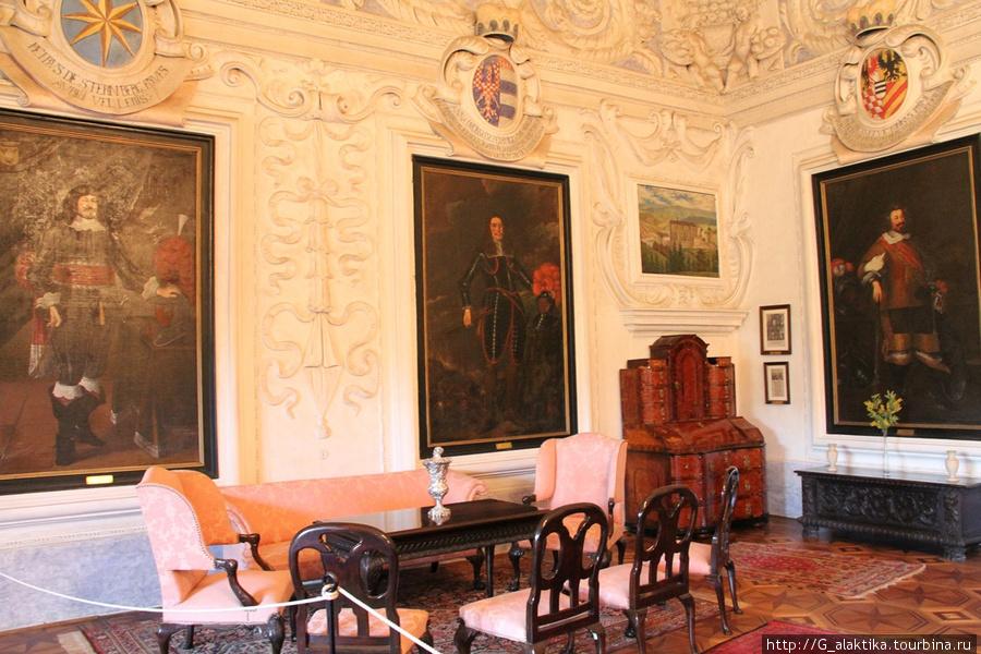 Красивая парадная комната с гербами вошедшими в Род Штейбергов. Очень впечатляет.