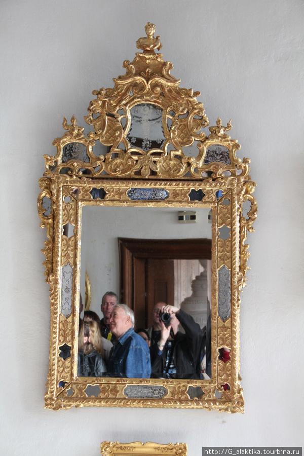 Старинное венецианское зеркало. В старину в состав добавляли золото, поэтому все предметы и люди,  которые в нем отражались казались мягче и красивее.