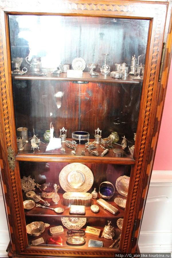 Старинная коллекция маленьких серебряных изделий.