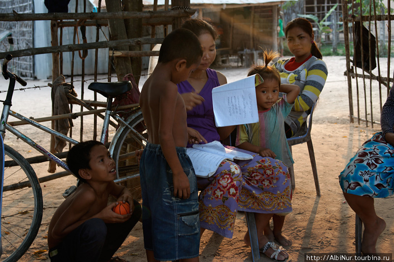 Камбоджийцы очень открытые и в большинстве своём позитивные люди. Вся их жизнь проходит в большой толпе, они всегда стараются собраться в кучу. Весь камбоджийский быт можно наблюдать прямо с дороги.