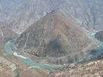 Необычное место — почти правильной формы гора и река, как будто почесывает ее
