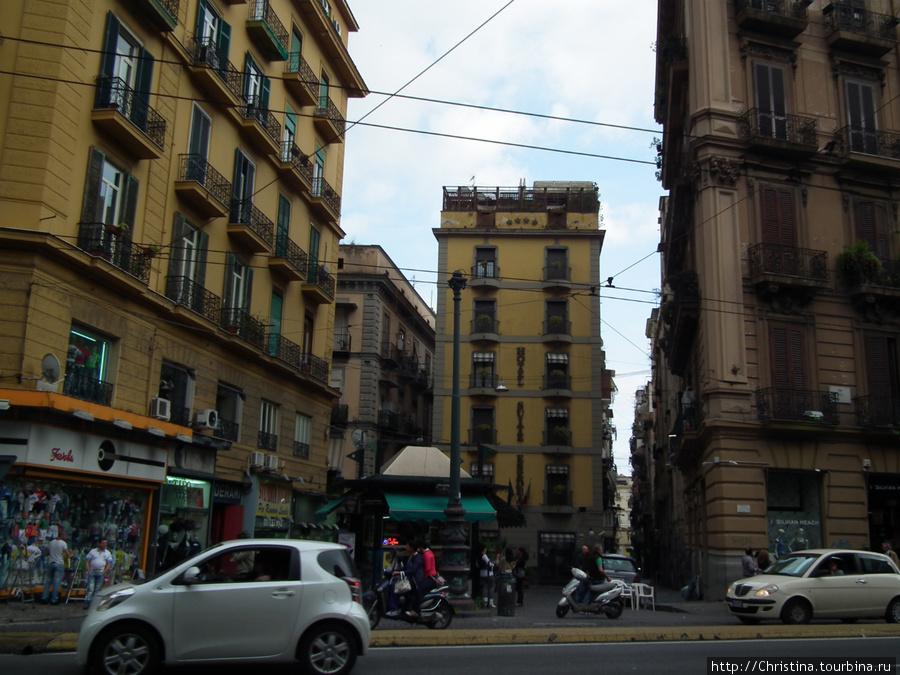 А это мы уже вышли. Сытые и довольные направились в сторону вокзала. Едем обратно в Рим. Туда, где нет такой офигительной пиццы!