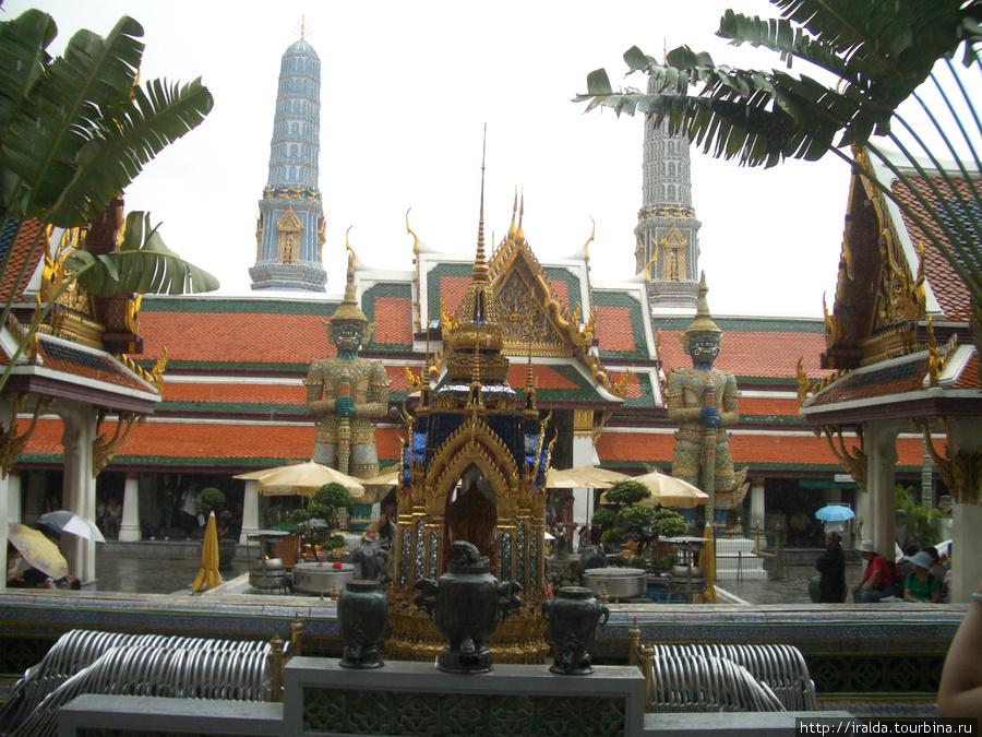 Большой Королевский Дворец — резиденция тайских монархов.Храм Изумрудного Будды