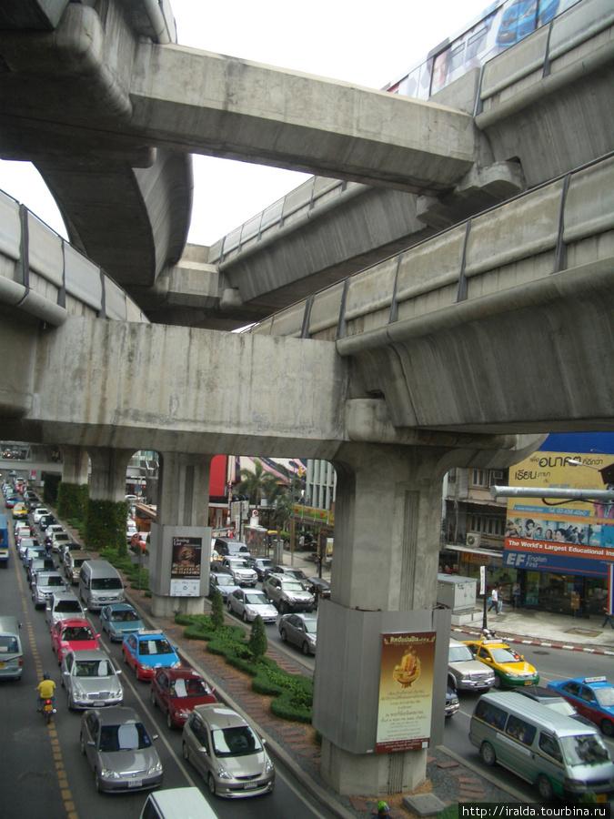 В Бангкоке трех уровневая транспортная система. Одна из них – подземная.