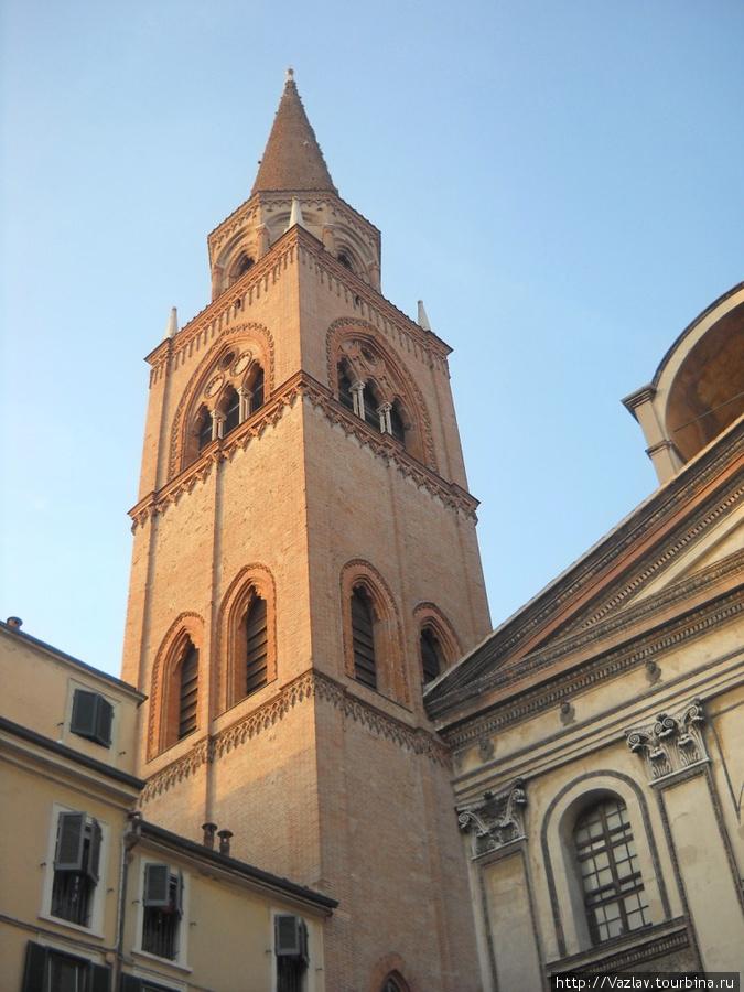Церковная колокольня; справа виден фрагмент фасада, никак не сочетающийся с колокольней