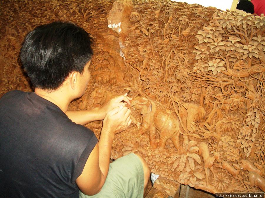 Видели, как мастера работают над картинами из дерева(тика). До 9 месяцев занимает работа над таким деревянным полотном