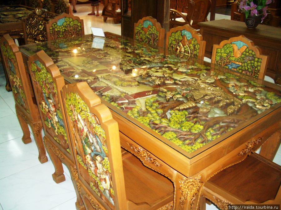 Очень интересным было посещение центра по изготовлению уникальной резной мебели ручной работы и предметов из ценных пород дерева