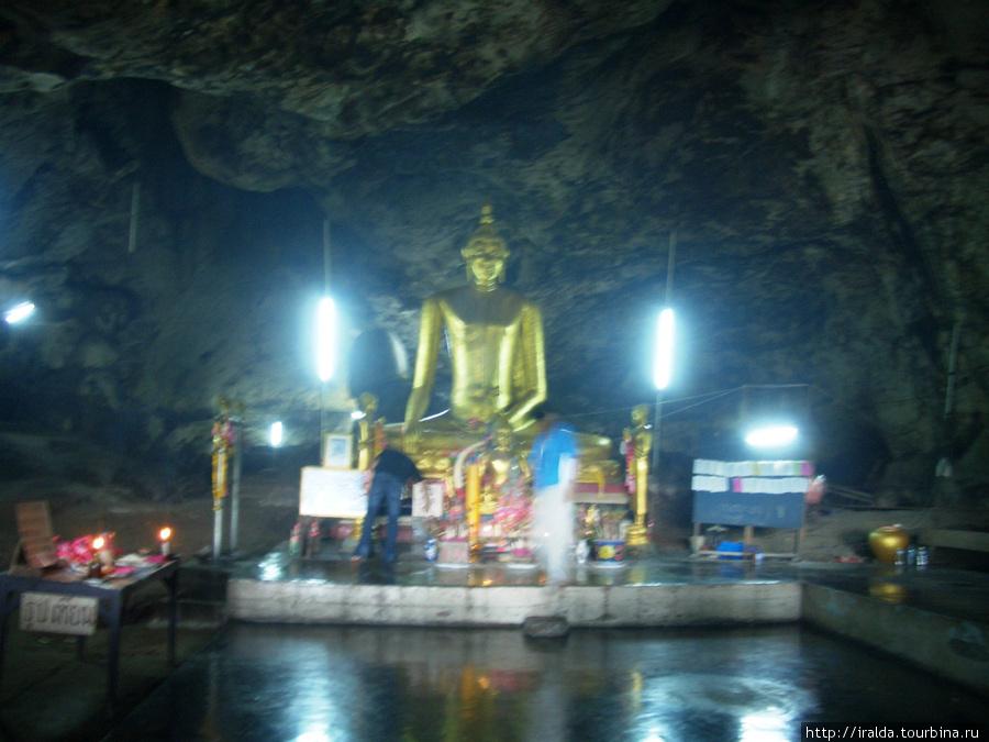 В скале находится пещера с Буддой, где мы слушаем интересную информацию нашего гида о философии буддизма.