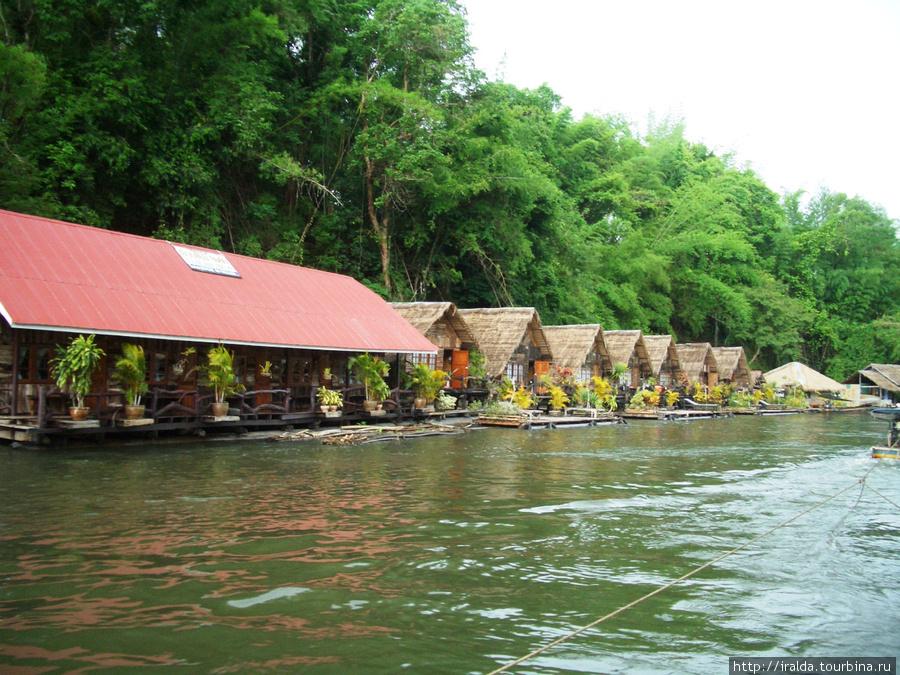Более 30 лет назад началось строительство отелей на воде в провинции Канчанабури. Они расположены в удивительно живописном месте