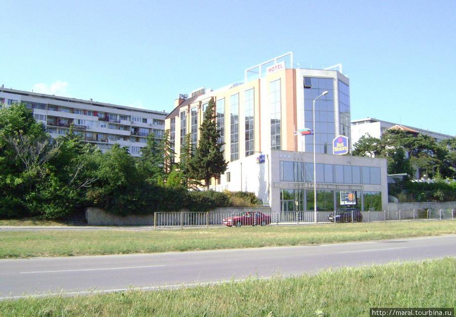 Современное гостиничное здание на фоне застройки социалистической поры