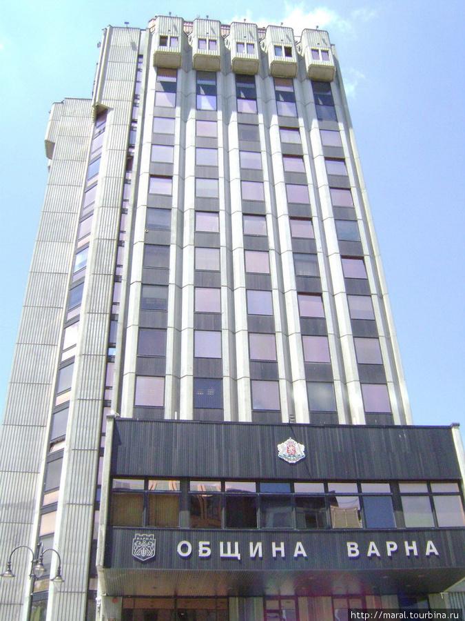 Двадцать лет назад в этом здании с зеркальными окнами располагался горком Болгарской компартии